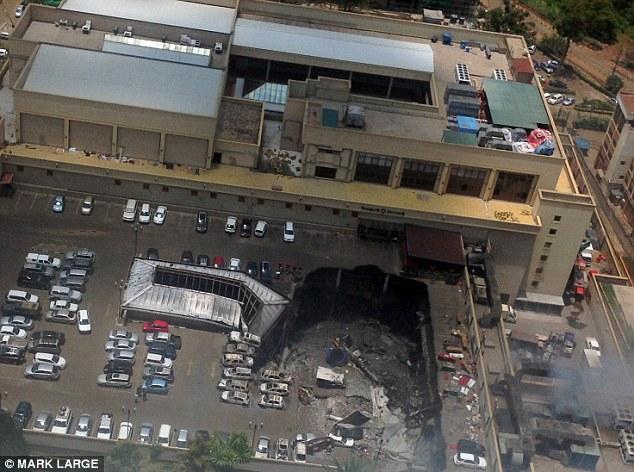 Sur la photo, le lendemain à Westgate Shopping Mall où le toit du parking s'est effondrée écrasant trois étages