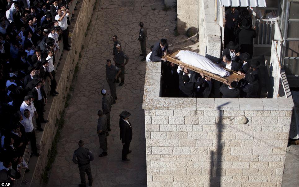 Les soldats gardent les murs du bâtiment mais les partisans de deuil ne peut s'empêcher de rapprocher escalade pour se rendre à leur chef