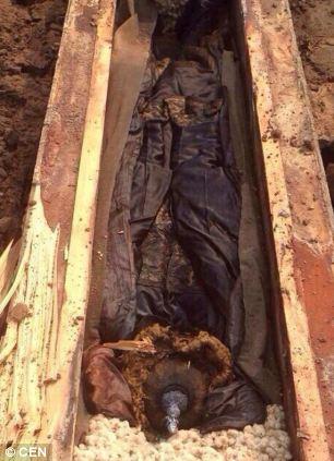 Arqueólogos chinos desconcertados están estudiando un ataúd de 300 años de antigüedad