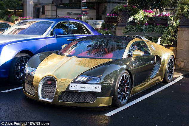 252mph bugatti veyron draws the crowds after getting a gold paint