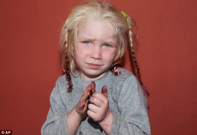 Angustia: Sucio y haciendo una mueca mientras se toma la foto, la niña es ahora el centro de un llamamiento internacional.  Las autoridades esperan que sus padres pueden encontrar que la familia pueda reunirse