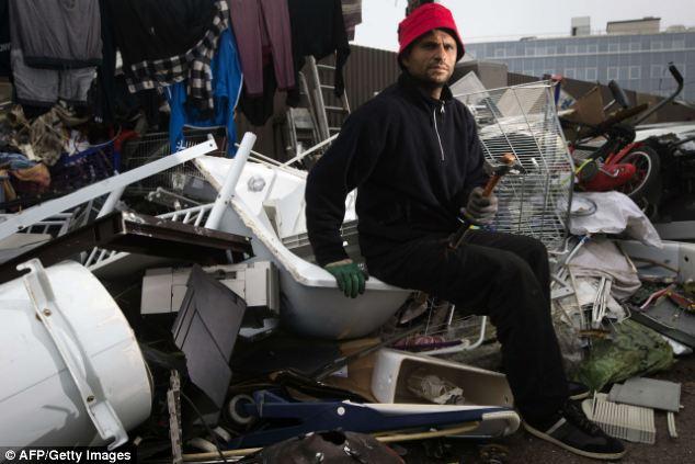 Cercanías: Un miembro de la comunidad romaní plantea en un campamento en Ivry-sur-Seine, en las afueras de París
