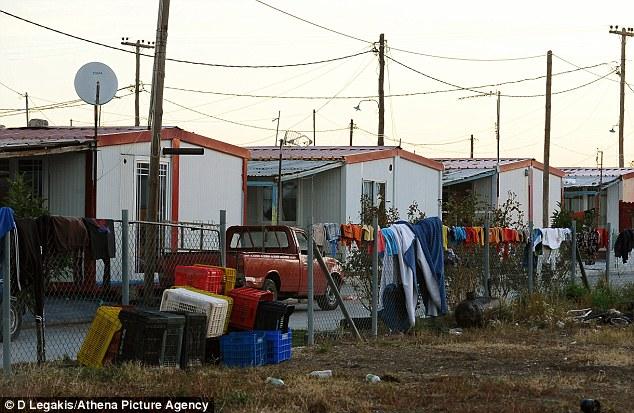 Camping: La ropa se cuelgan en la valla que se seque en el campamento que fue allanada por la policía en busca de drogas y armas