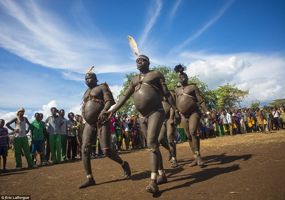 Concorrência: No dia da cerimônia Ka'el, homens gordos da tribo andar por horas em torno de uma árvore sagrada, assistido por outros homens e ajudou pelas mulheres