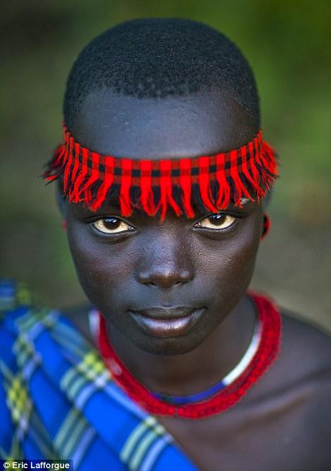 Impressionante: Os tribeswomen Bodi usar roupas maravilhosamente brilhante para a cerimônia