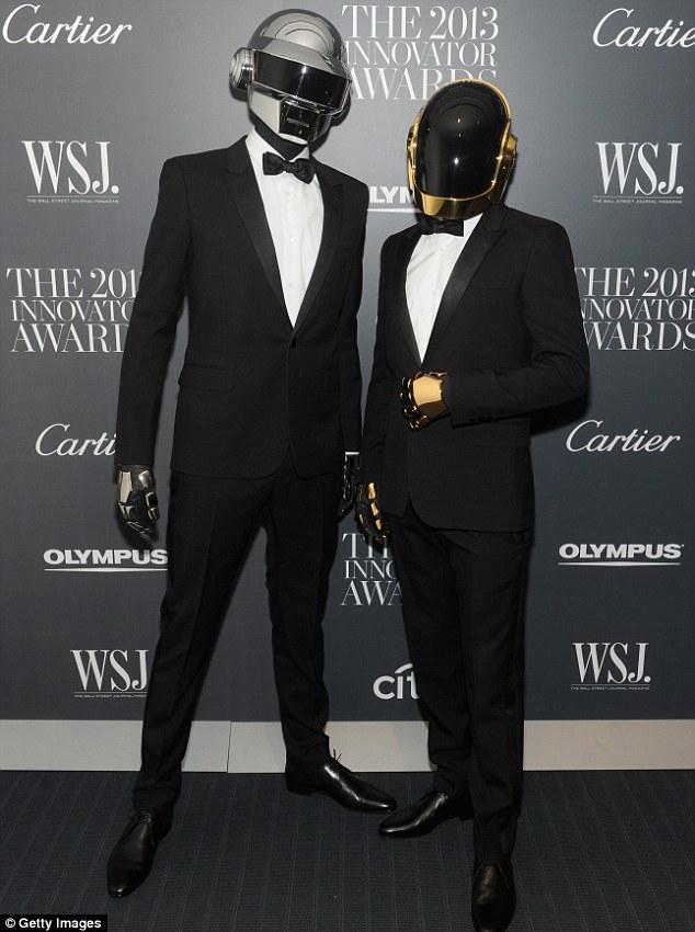 Fazendo uma aparição: Como eles são estrelas da capa, Daft Punk também participaram da festa