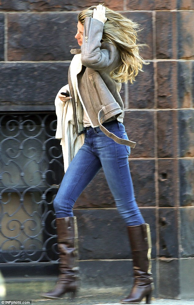 Gisele Bundchen And Daughter Vivian Rug Up Against The