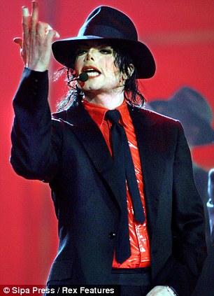 Michael Jackson, retratado aqui no Anniversary Show American Bandstand 50 em Pasadena, Califórnia, morreu em 25 de junho de 2009.
