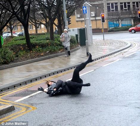 Los trabajadores de oficina se esforzaban por mantenerse en pie hoy en Leeds (4)