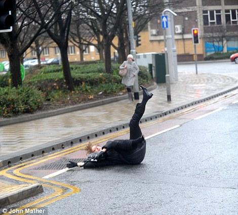 Los trabajadores de oficina se esforzaban por mantenerse en pie hoy en Leeds (5)