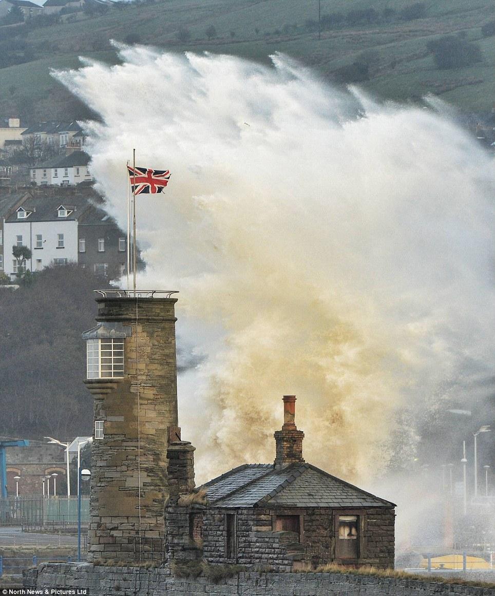 Splash: Enormes olas engullen puerto Whitehaven. Por lo general es tranquilo, porque la costa de Cumbria está protegido por Irlanda del Norte, lo que significa que nunca hay normalmente grandes olas