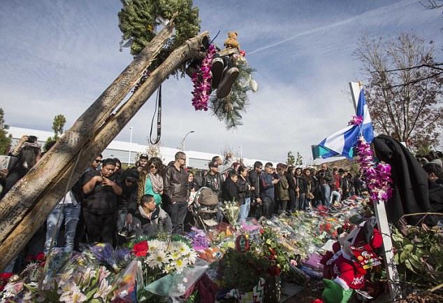 Miles de personas reunidas en el lugar del accidente para despedida Paul Walker