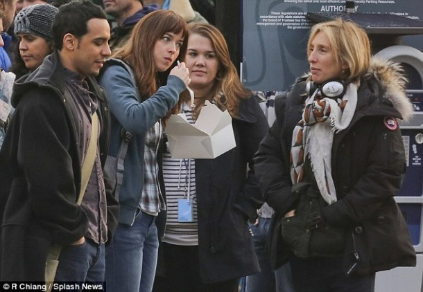 Primer vistazo: Dakota Johnson, que interpreta a Anastasia Steele en la película, se ve de pie junto a Victor Rasuk, que interpreta el fotógrafo José Rodríguez en la película