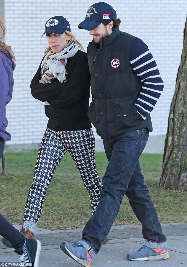 Cónyuge de apoyo: Aaron Taylor-Johnson fue visto visitando a su esposa del director Sam en el set de la película el miércoles