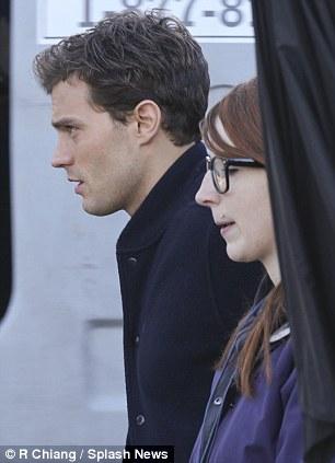 Los ojos cansados: Jamie no podía ocultar sus ojos cansados mientras se dirigía hacia el set, antes de abrazar a un colega mientras se preparaba para ir a trabajar