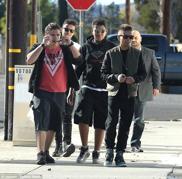 Cool and the Gang: O Rei do filho do Pop e seus amigos estavam bastante os adolescentes modernos enquanto caminhavam em Los Angeles