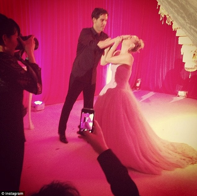 Kaley Cuoco shares snap of wedding cake after Ryan Sweeting smashes     Epic confection  Kaley Cuoco shared a snap on Instagram of her chandelier  cake from her
