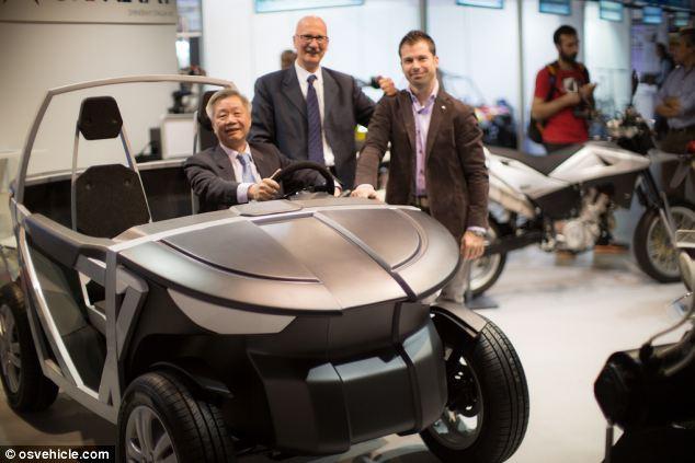 El coche del paquete plano urbano Tabby en el show en Milán.  Ampelio Macchi, co-fundador del proyecto OSVehicle, con Estaño Cuelgue Liu y Carlo De Micheli, afirman que se puede construir en menos de una hora.