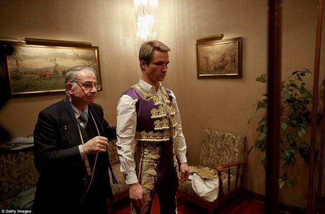Προετοιμασία για το δαχτυλίδι: Δάσκαλος ειδικά Antonio Lopez Fuentes ελέγχει τις μετρήσεις ενός νέου κοστούμι για τα γαλλικά ταυρομάχος Juan Bautista Jalabert σε ταυρομάχους «Fermin» tailor κατάστημα στη Μαδρίτη, Ισπανία
