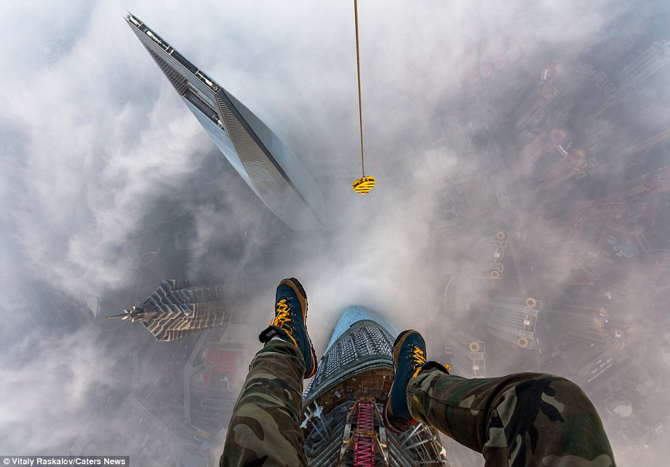 "<span class=""notranslate"" onmouseover=""_tipon(this)"" onmouseout=""_tipoff()""><span class=""google-src-text"" style=""direction: ltr; text-align: left"">The view from the heavens: Vitaly Raskalov's feet dangling from the top of the Shanghai Tower</span> La vista desde el cielo: los pies de Vitaly Raskalov colgando de la parte superior de la Torre Shanghai</span>"