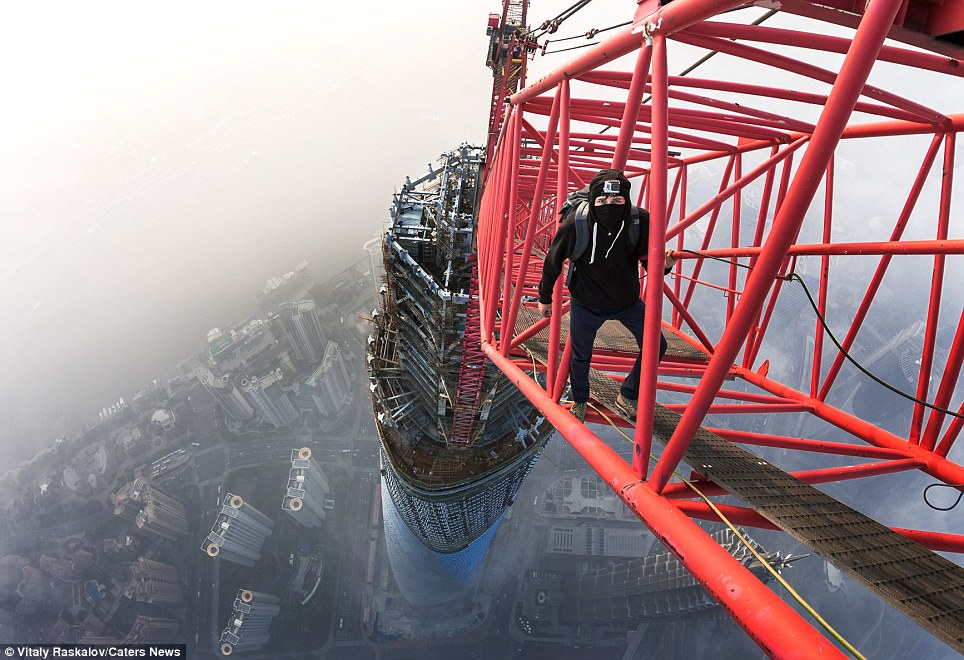 "<span class=""notranslate"" onmouseover=""_tipon(this)"" onmouseout=""_tipoff()""><span class=""google-src-text"" style=""direction: ltr; text-align: left"">Up, up and away: Vadim Makhorov standing on a crane on top of the Shanghai Tower, China</span> Arriba, arriba y lejos: Vadim Makhorov de pie en una grúa en la parte superior de la Torre Shanghai, China</span>"