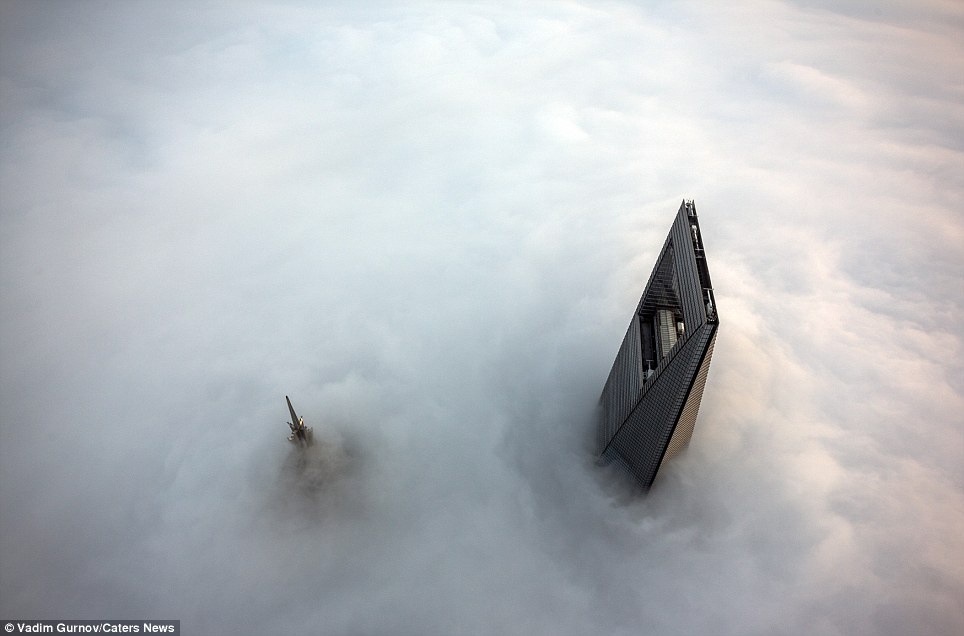 "<span class=""notranslate"" onmouseover=""_tipon(this)"" onmouseout=""_tipoff()""><span class=""google-src-text"" style=""direction: ltr; text-align: left"">Clouds covering the view of Shanghai early in the morning and taken from the top of the superscraper</span> Nubes que cubren la vista de Shanghai por la mañana temprano y tomados de la parte superior de la superscraper</span>"