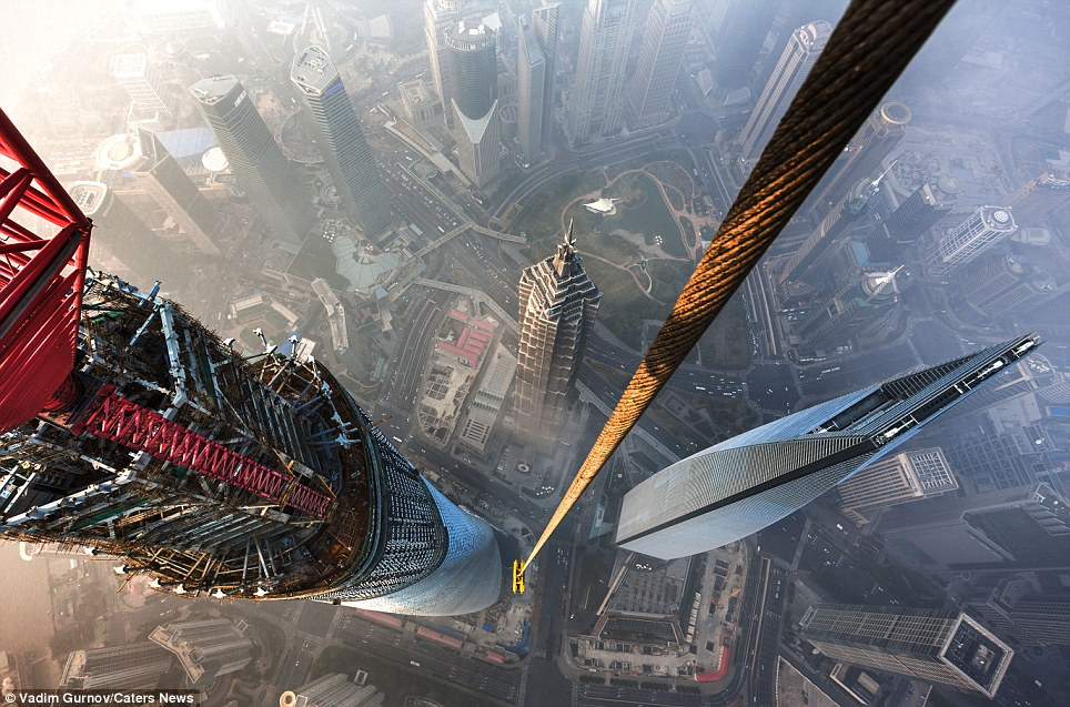 "<span class=""notranslate"" onmouseover=""_tipon(this)"" onmouseout=""_tipoff()""><span class=""google-src-text"" style=""direction: ltr; text-align: left"">The height of daring: The view of Shanghai from the top of the partly constructed Shanghai Tower</span> La altura de la audacia: la vista de Shanghai desde lo alto de la Torre Shanghai parcialmente construido</span>"