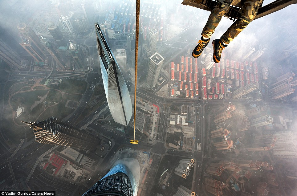 "<span class=""notranslate"" onmouseover=""_tipon(this)"" onmouseout=""_tipoff()""><span class=""google-src-text"" style=""direction: ltr; text-align: left"">The Shanghai Tower is the second tallest building in the world - and very few will get this view from it</span> La Torre Shanghai es el segundo edificio más alto del mundo - y muy pocos obtendrá este punto de vista de ella</span>"