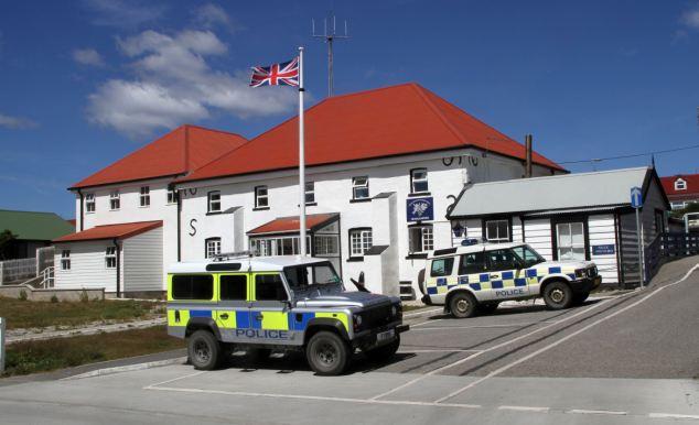 Port Stanley, con sede en la capital de las islas Malvinas, cuenta con 1.000 hombres y mujeres militares y otro personal de apoyo 1000 en la mano para ayudar a repeler un ataque