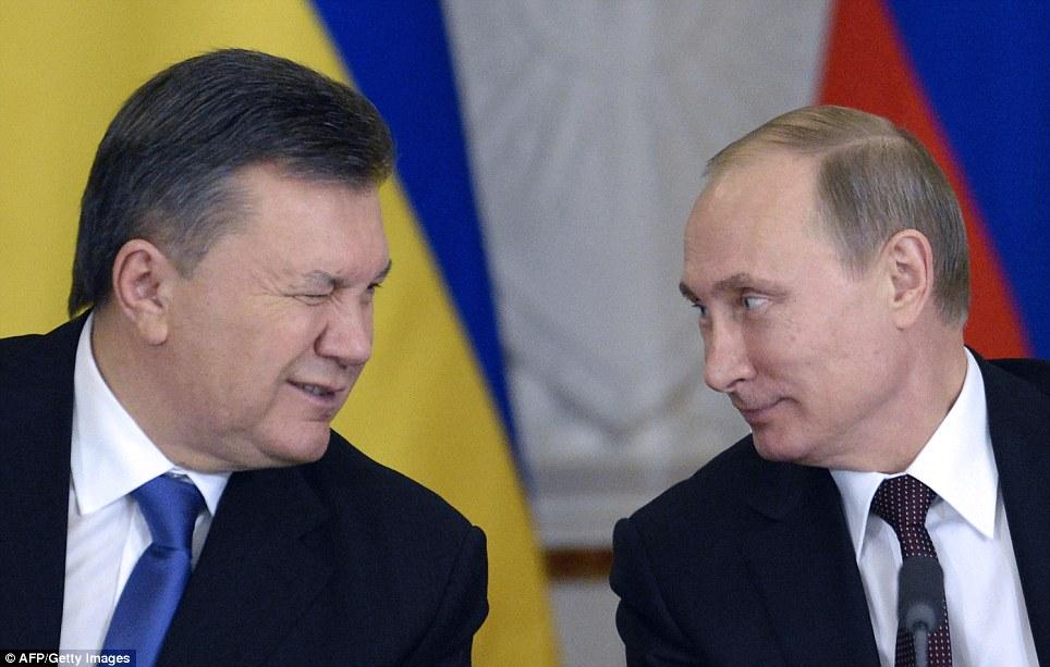 Tổng thống Ukraina Viktor Yanukovych nháy mắt với người đồng cấp Nga Vladimir Putin trong một buổi lễ ký kết tại điện Kremlin vào tháng Mười Hai
