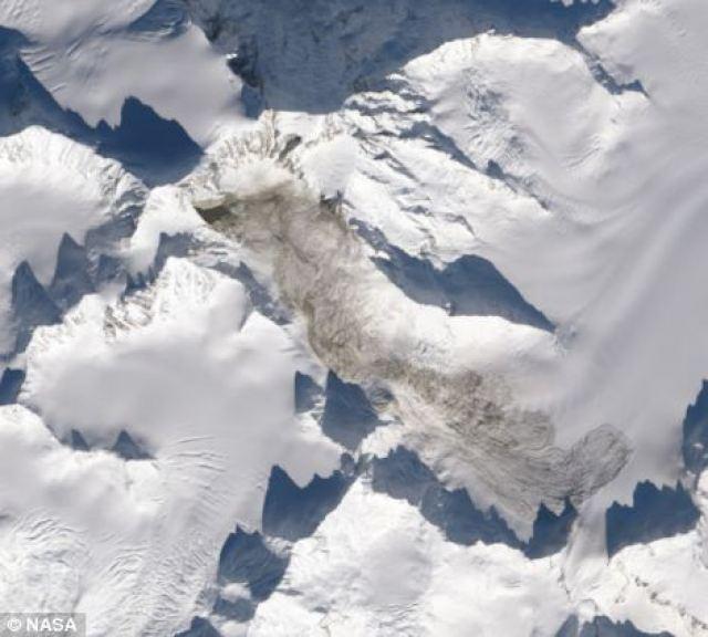 Immagine dal Observatory della NASA Terra mostrando Monte La Perouse dopo la frana del 16 febbraio con i detriti chiaramente visibile