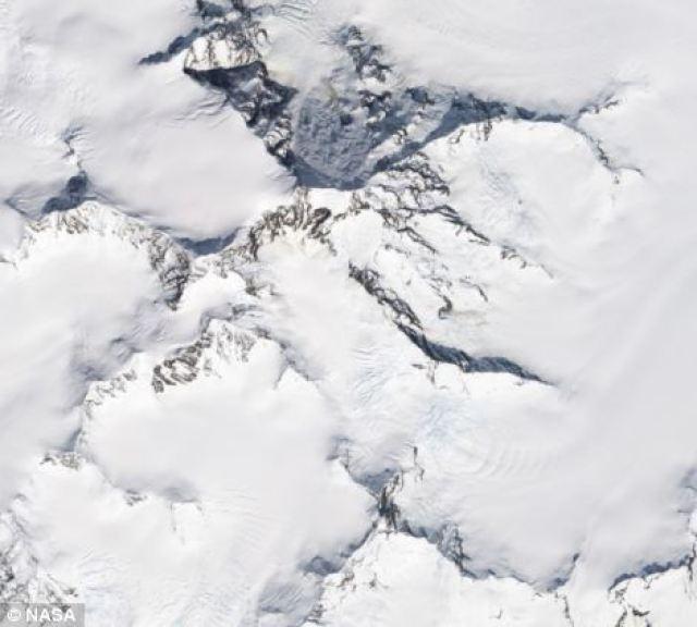 Immagine dal Observatory della NASA Terra mostrando Monte La Perouse prima della frana