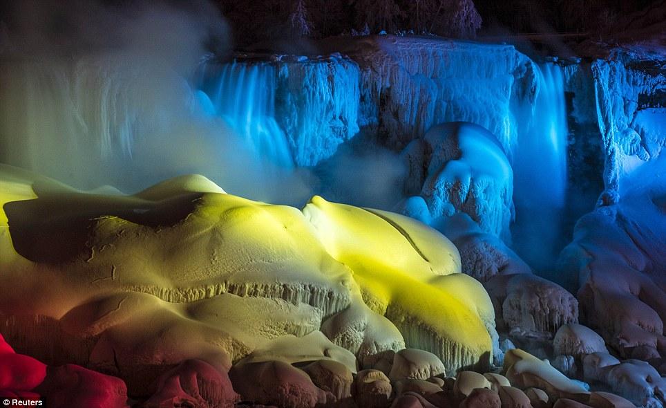 Raros: É raro que a água correndo para congelar sobre as Cataratas, mas isso já aconteceu duas vezes até agora neste inverno