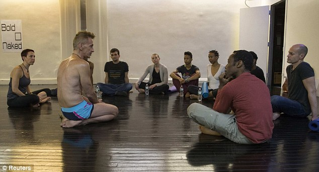Mu ishuri rya Yoga biyigira bambaye ubusa buri buri