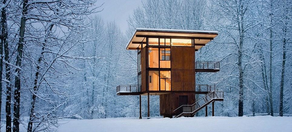 Las maravillas de invierno: Diseñado por Olson Kundig, this casa de campo de Washington sí llama el Refugio Delta Ser y Florerias encerrado en do totalidad en persianas de acero - maniobrado en do Lugar Por Una gran rueda Manual - Cuando no está en la USO