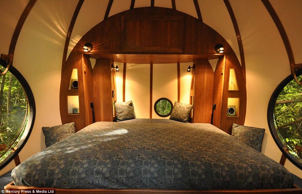 Hobbit casa: El orbe llamado Eryn tiene una cama doble, calefacción eléctrica y, así como espacio para una tercera inquilina en la buhardilla