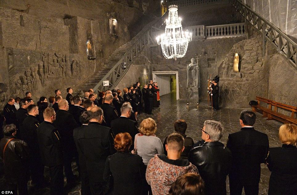 Refúgio Santo: Uma estátua do Papa João Paulo II foi erguido na Capela Kinga icônico, que está localizado 318 pés subterrâneo