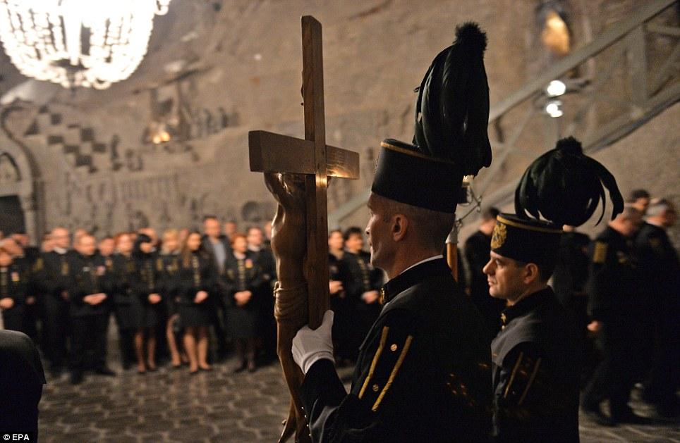 Dever sagrado: A cerimônia é uma das celebrações da Páscoa mais incomuns para ocorrer em todo o mundo devido à sua localização privilegiada