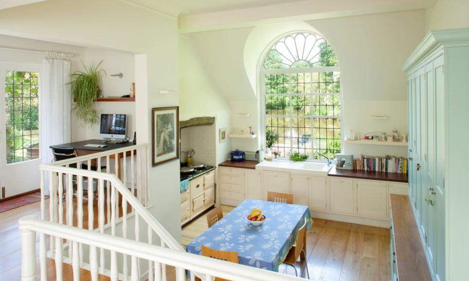 Uma série de características da casa, incluindo a grande janela de sacada com vista para a lagoa, foram adicionados pelo artista Richard Wyndham, que comprou a propriedade em 1920