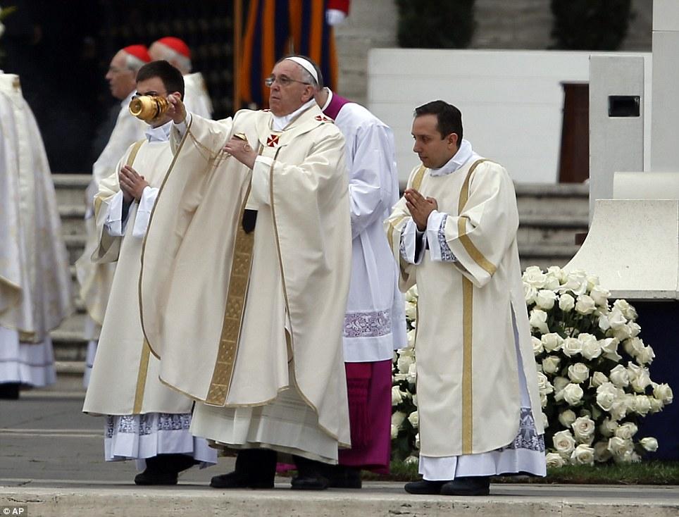Na frente de grandes multidões: Papa Francis leva uma celebração para canonizar dois papas, João Paulo II e João XXIII, na Praça de São Pedro, no Vaticano