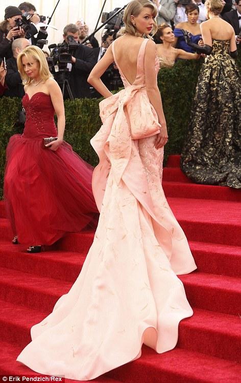 Taylor shows off the incredible detailing on the back of her Oscar de la Renta dress