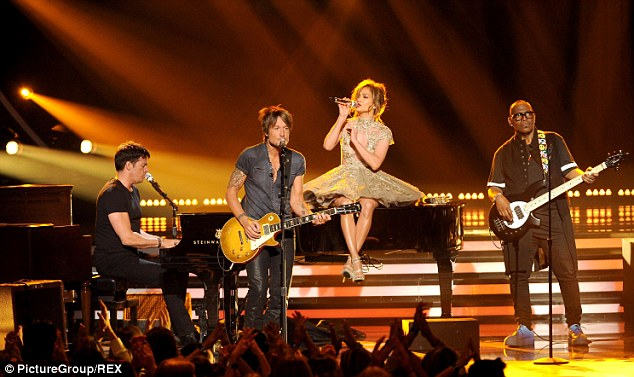 The dynamic quartet: Randy Jackson played bass, J-Lo sat on the piano and sang, Harry Connick Jr played piano and Keith Urban played guitar