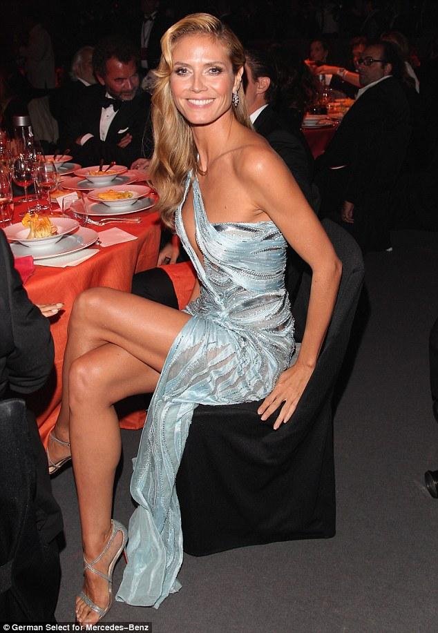 Cuidado!  O vestido de Heidi Klum foi bastante revelador para um sentar jantar