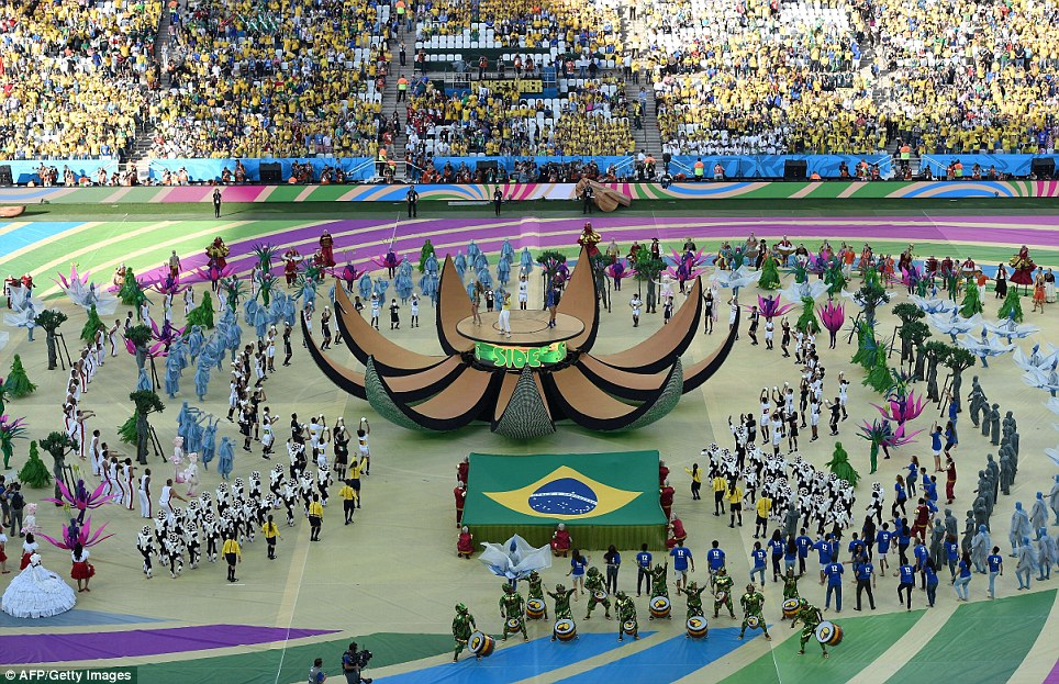 Cenas incríveis: A cerimônia em São Paulo vi milhares de torcedores comemorando o pontapé inicial da Copa do Mundo