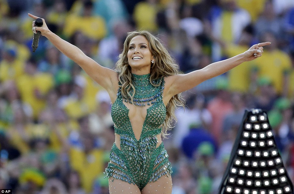 Que show!  J-Lo escolheu um decote muito mergulhar para executar a canção oficial da FIFA We Are One (Ole Ola) na quinta-feira