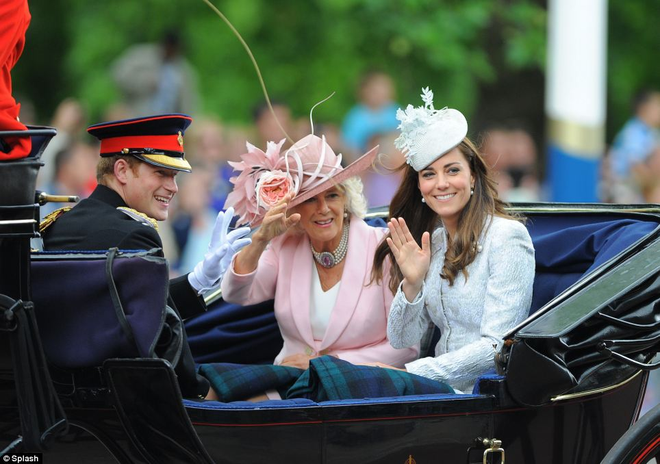 Onda Royal: A duquesa de Cambridge, a duquesa da Cornualha eo príncipe Harry viajaram juntos como o desfile fez o seu caminho ao longo da The Mall a Horse Guards Parade, no centro de Londres