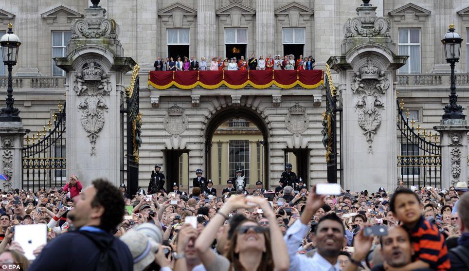 Tire uma foto: As multidões tirar fotos do sobrevoo como membros da família real assistir a exibição impressionante da varanda do Palácio de Buckingham