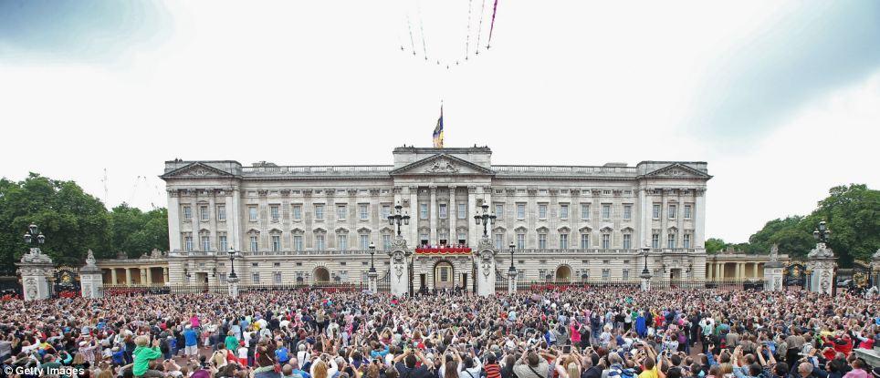 Multidões: Milhares se reúnem fora do Palácio de Buckingham, enquanto vêem o sobrevoo durante o agrupamento a cerimónia da cor