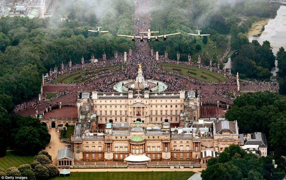 Aéreo: Um bombardeiro Lancaster ladeado por dois Spitfires da Battle of Britain Memorial Vôo voar sobre o Palácio de Buckingham, como parte do flypast