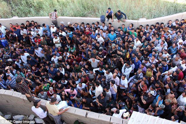 Civils irakiens volontaires pour lutter contre une offensive militante se rassemblent aujourd'hui